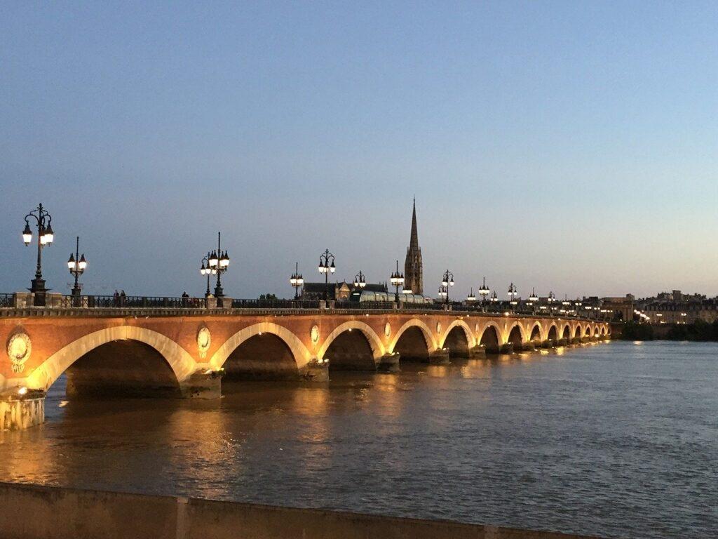 Le pont de pierre de nuit sur la garonne